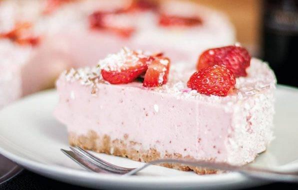 Koolhydraatarme kwarktaart met verse aardbeien zijn een perfecte traktatie voor een gezonde verjaardag.