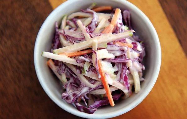 Amerikaanse coleslaw is een frisse koolsla met dressing