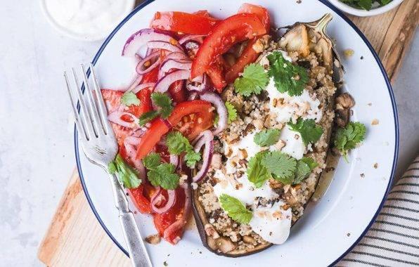 gevulde aubergine met gehakt, paprika en rode ui op een bordje