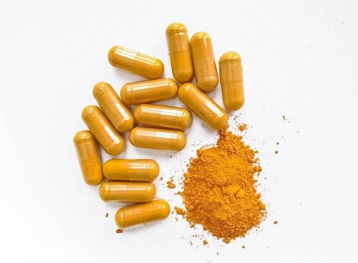 kurkuma in poeder supplementen tabletten en pil vorm