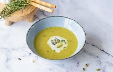 Kerrie soep met broccoli en kokos
