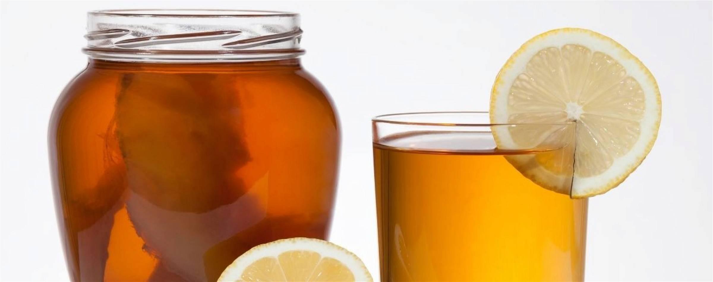 Kombucha glas met gefermenteerde thee en citroen