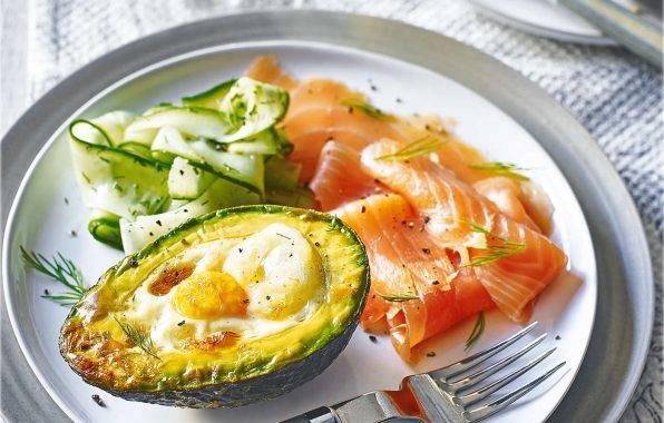 avocado met ei en zalm uit de oven