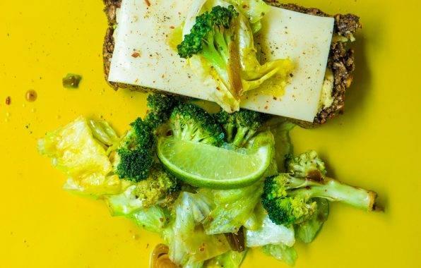 Pompoenpitten broodje met kaas en kerrie groenten