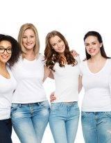 groep vrouwen op een rij witte achtergrond