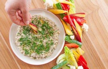 Baba ganoush aubergine en knoflook dip met knapperige groente