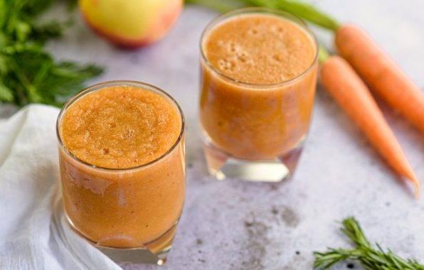 smoothie met bleekselderij, wortel, appel en gember