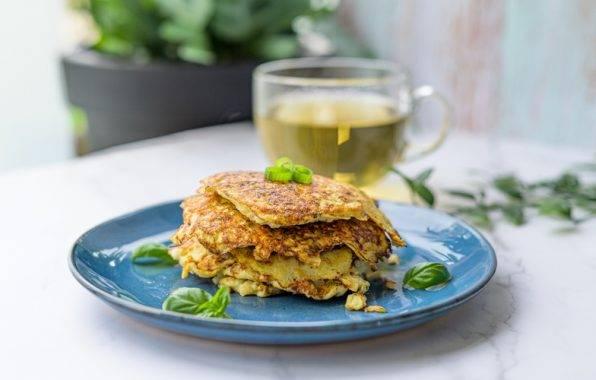 bloemkool pannenkoekjes met kaas en lente ui