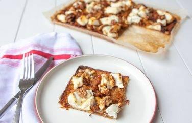 Pizza met een boedem van bloemkool met walnoten, venkel en geitenkaas