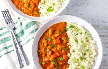 twee borden op theedoek bloemkool rijst kip curry