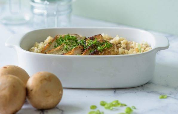 schotel met bloemkool risotto met champignons en plakjes kipfilet met een sausje