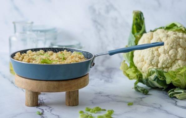 Bloemkoolrijst kan je eenvoudig zelf maken door rijst van bloemkool te raspen.