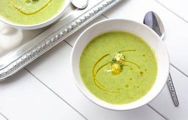 Makkelijke lunch van groene romige broccoli courgette soep.