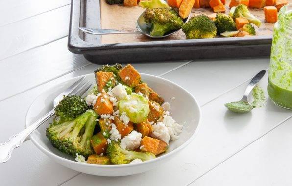 Broccoli ovenschotel met zoete aardappel en groene dressing