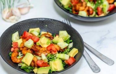 Gezond recept voor garnalen met knapperige groenten en avocado