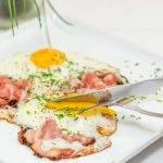 Spiegelei van gebakken ei met spek