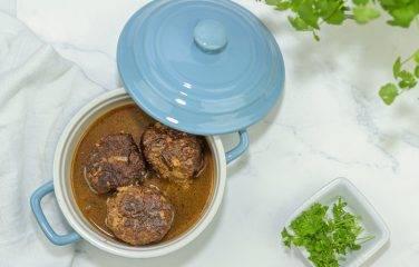 Braadpan vol koolhydraatarme gehaktballen maken de maaltijd compleet.recept.