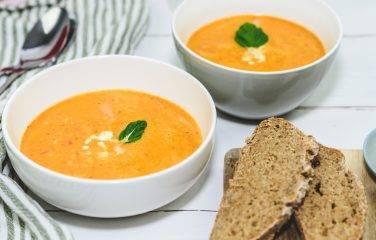 Tomaten Paprikasoep als gezonde lunch met koolhydraatarm brood
