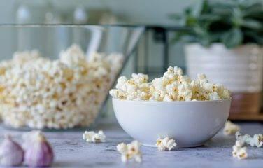 Gezonde popcorn met knoflook en chili