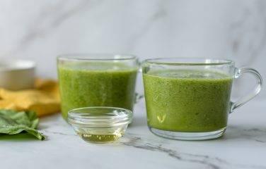 Smoothie recept voor groene thee smoothie met spinazie honing en avocado