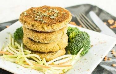 Stapel broccoliburgers oftwel vegaburgers van broccoli