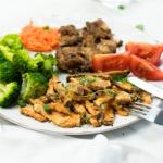 groentefriet met kippendij tomaat broccoli wit bord
