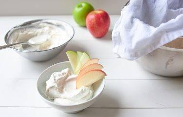 Hangop van magere yoghurt met vanille en stukjes appel
