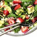 Schotel met een frisse salade van hennepzaad, aardbei en avocado.