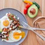 Huevos rancheros is een mexicaanse eieren ontbijt met avocado.