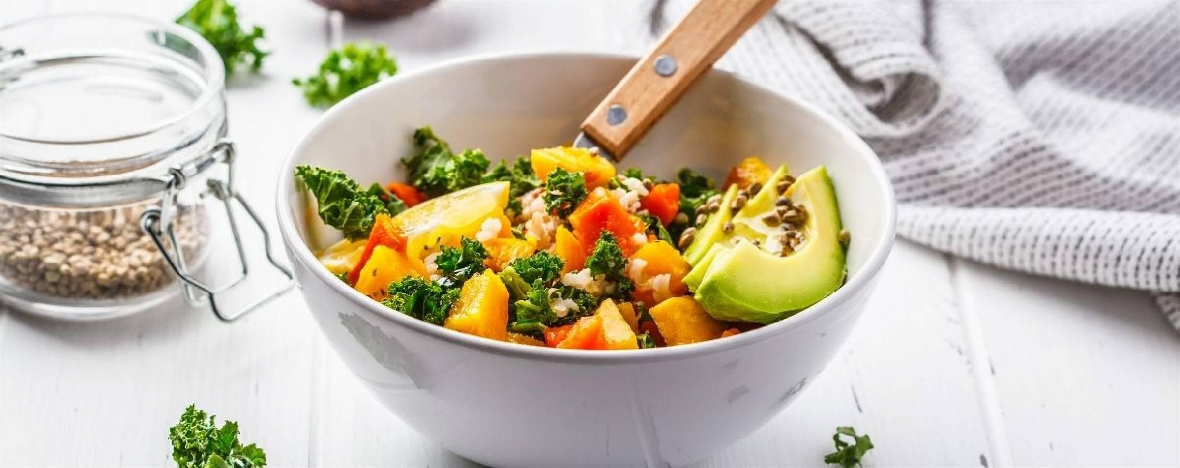 Gezonde salade met avocado en verse groente