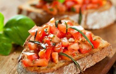 italiaanse-bruschetta op broodplank