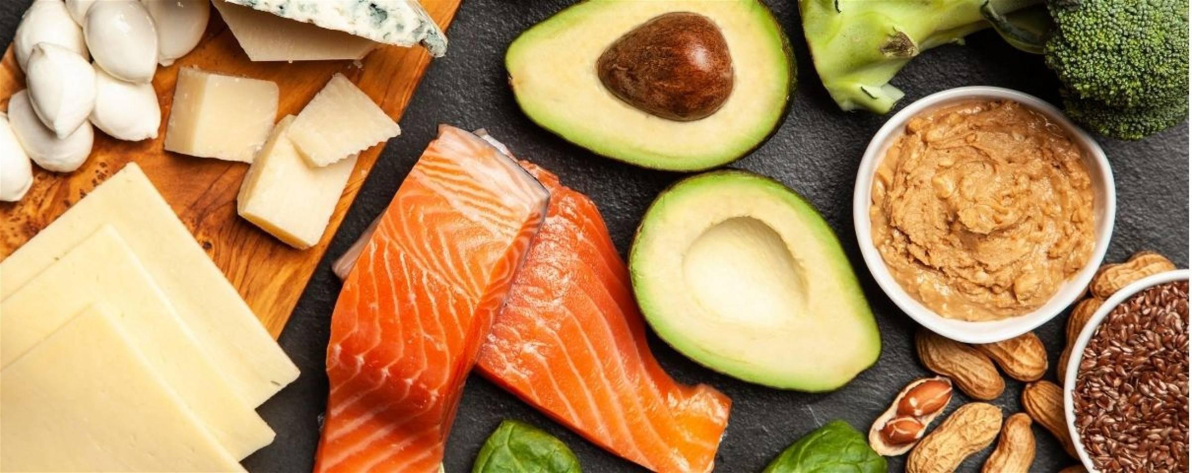 Vette vis, avocado en nootje zijn voorbeelden van voeding uit een keto dieet