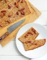 Keto flammkuchen met crème fraîche, uien en spekjes