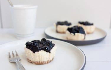 Recept voor keto cheesecake met mascarpone en blauwe bessen in mini