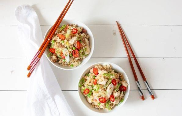 koolhydraatarm recept van Keto bloemkoolrijst met kip en ei nasi goreng