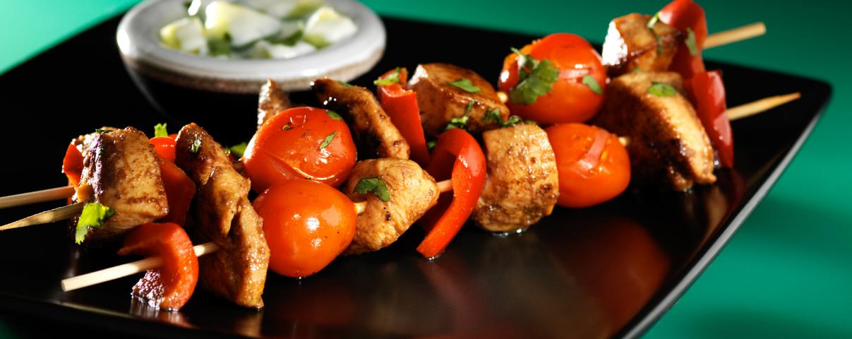 Gerecht met met kip en groenten op een spies.