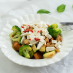 kip met roerbakgroenten op bord broccoli en feta