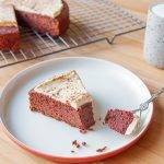 Taartpunt Red Velvet Cake met roomkaas frosting volgens koolhydraatarm recept.