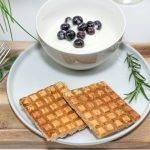 Koolhydraatarm recept voor gezonde wafels met griekse yoghurt en bessen.