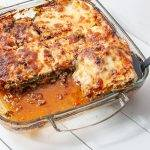 Keto lasagne met spitskool, spinazie, gehakt en mozzarella kaas.