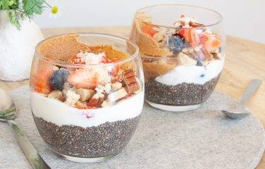 Chiazaadjes met noten, pindakaas en yoghurt