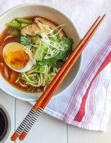 koolhydraatarme miso ramen recept met courgette noodles