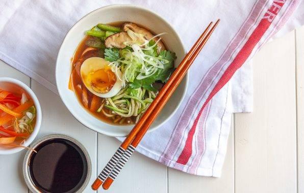 Miso ramen recept met courgette noodles