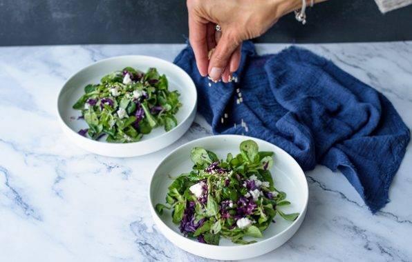 koolhydraatarm recept voor Voorgerecht van veldsla en geroosterd sesam zaad en gember voor een oosterse smaak