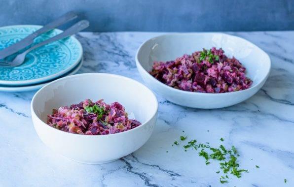 Frisse rode bieten salade met gerookte makreel