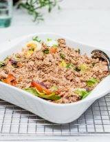 salade met tonijn in een schotel met ei en olijf