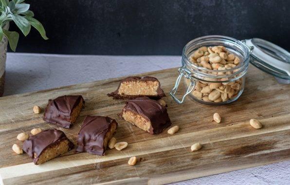 zelf snickers maken met pinda's en chocolade