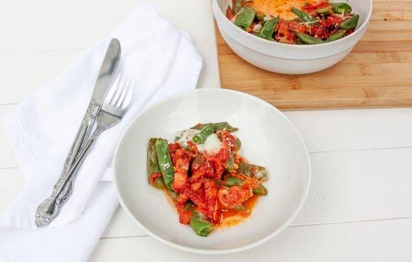 Snijbonen ovenschotel met spek, tomatensaus en mozzarella recept uit koolhydraatarm kookboek