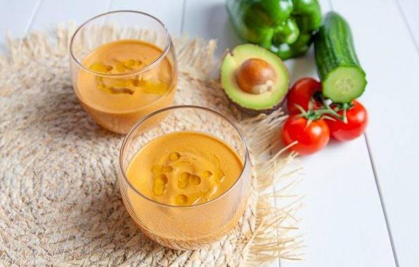 Gezonde Koolhydraatarme Gazpacho met avocado, knoflook en olijfolie