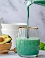 Spirulina smoothie met banaan en avocado